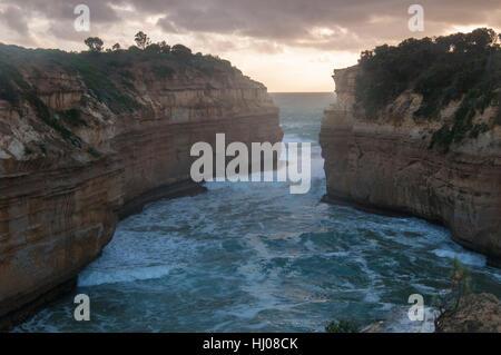 Loch Ard Gorge bei Dämmerung, Port Campbell National Park, Great Ocean Road, Victoria, Australien - Stockfoto