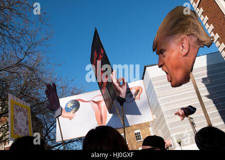 London, UK. 21. Januar 2017. Schätzungsweise 100.000 Menschen protestierten gegen die Wahl von Donald Trump. Die - Stockfoto