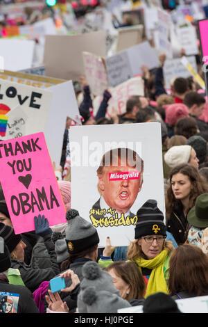 Washington, USA. 21. Jan, meldet 2017.Demonstrators Welle während der Frauen Marsch auf Washington bei Protest gegen - Stockfoto