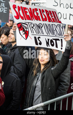 """New York, NY, USA. 21. Januar 2017. Frauen Marsch auf NYC.  Eine Frau trägt eine Zeichen Lesung """"Wissenschaft ist - Stockfoto"""