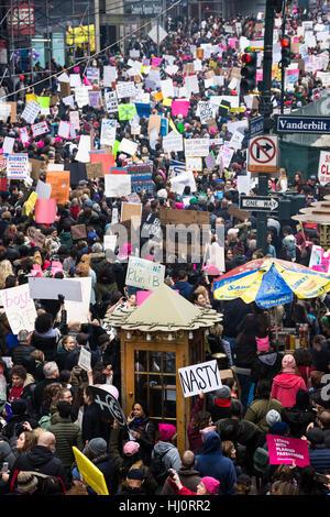 """New York, NY, USA. 21. Januar 2017. Frauen Marsch auf NYC.  Ein Demonstrant trägt ein Schild mit dem Wort """"Böse"""" - Stockfoto"""