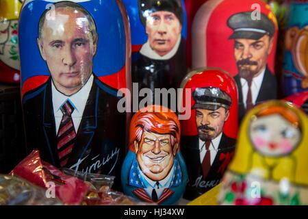 Russische traditionelle Spielwaren - Matroschka mit einem Porträt von Donald Trump in Souvenir-Kiosk auf dem Roten - Stockfoto