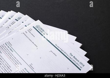 UK-Steuererklärungen für die Fertigstellung auf schwarzem Hintergrund mit Textfreiraum - Stockfoto