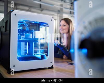 Mitarbeiter, 25-30 Jahre, Eröffnung 3D-Drucker in Produktionslabor FabLab, Wattens, Tirol, Österreich - Stockfoto