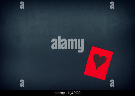 Rotes Papier-Schuldbrief mit Herz auf einer Tafel. Vignette. - Stockfoto