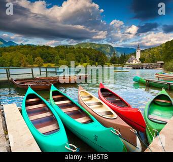 Bohinj See mit Booten und Kirche St. Johannes der Täufer, Nationalpark Triglav, Sloweniens. - Stockfoto