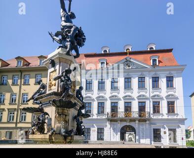 Augsburg: Schaezlerpalais: Häuser der deutschen Barock-Galerie und die Staatsgalerie und Herkules-Brunnen, Schwaben, - Stockfoto