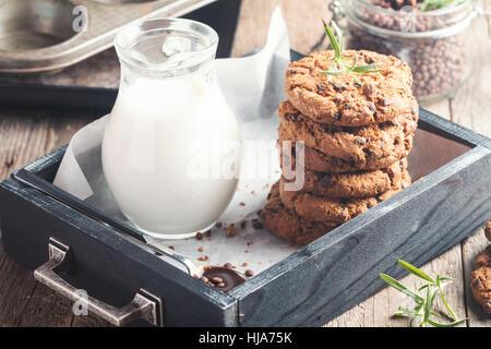 Hausgemachten Schokoladenkekse in Holzkiste Ready to Eat - Stockfoto