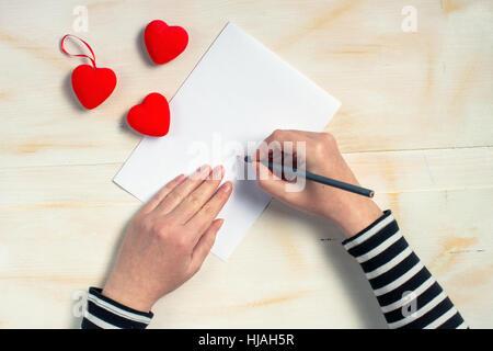 Frau Mit Feder Stift Liebesbrief Schreiben; Frau Liebe Buchstaben Karte Zum  Valentinstag, Draufsicht Auf Weibliche Hände, Retro