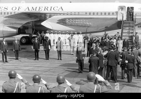 US Präsident John F. Kennedy (M) und Bundeskanzler Konrad Adenauer (nach Kennedys rechts) während des Abspielens - Stockfoto