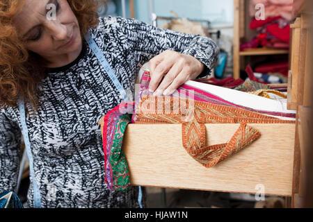 Besitzer des kleinen Modegeschäft im materiellen Abstellraum - Stockfoto