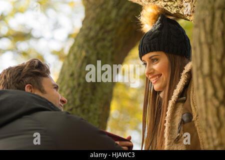 Junges Paar im Wald, Gesicht, Lächeln - Stockfoto