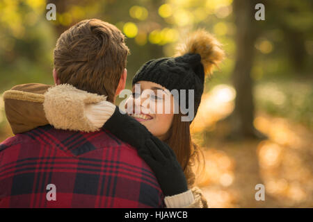 Junges Paar im Wald, umarmen - Stockfoto