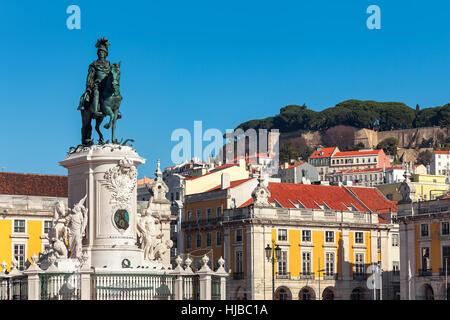 Bronze-Statue von König José auf dem Pferd als alte bunte Häuser auf Hintergrund unter blauem Himmel im Commerce - Stockfoto