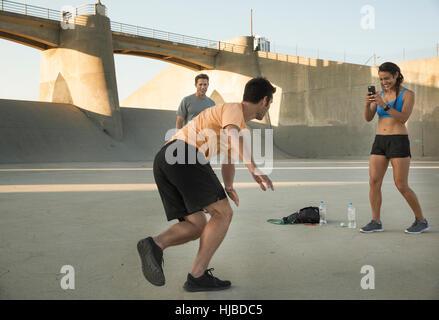 Sportler nehmen Foto von Freund fit halten, Van Nuys, Kalifornien, USA - Stockfoto