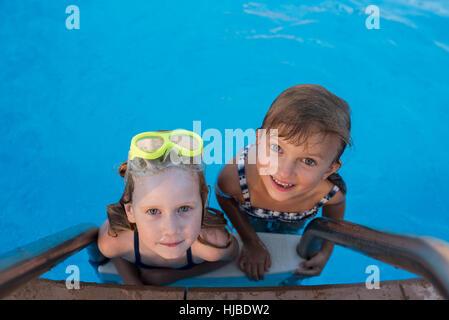 Porträt von zwei Mädchen im Schwimmbad - Stockfoto