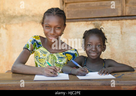 Schule für afrikanische Kinder - paar Lächeln während lernen - Stockfoto