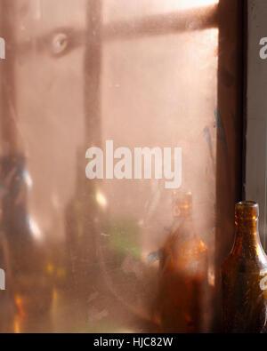 Reflexion von Weinflaschen im Spiegel - Stockfoto
