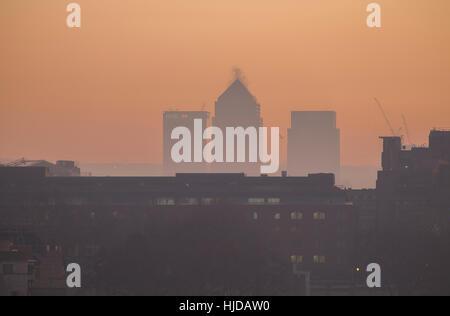 Canary Wharf, London, UK. 24. Januar 2017. Londoner Bürgermeister Sadiq Khan hat eine sehr hohe Luft-Verschmutzung-Warnung ausgegeben. Diesig morgens Blick auf Canary Wharf aus der GLA, aufbauend auf dem südlichen Ufer in der Nähe von Tower Bridge. Malcolm Park © Redaktion/Alamy Live-Nachrichten.