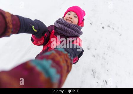 Happy Winter-Spaziergang von Mädchen - Stockfoto