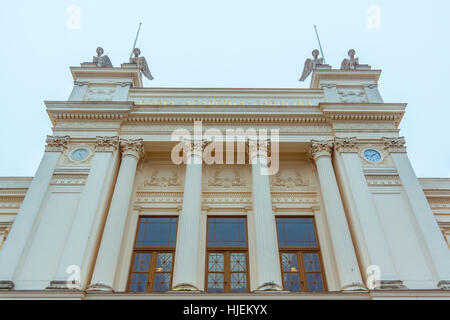 Lund Universität Hauptgebäude. Die Fassade mit Säulen gegen den blauen Himmel. Auf der Oberseite ist vier Sphingen - Stockfoto