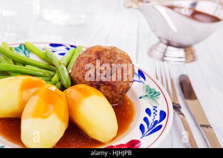 Ein Teller mit Kartoffeln, Fleisch und Gemüse; eine typische holländische Mahlzeit zum Abendessen. - Stockfoto