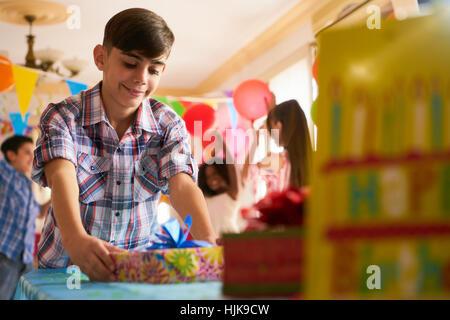 Gruppe der glückliche Kinder Geburtstag zu Hause feiern, Kinder und Freunde, die Spaß an der Partei. Hispanische - Stockfoto
