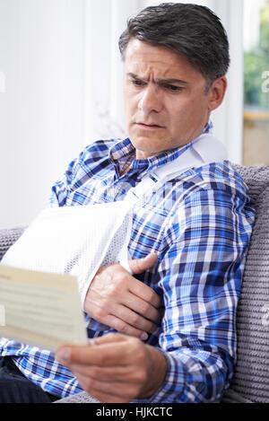 Reifer Mann Lesung Brief über Verletzungen - Stockfoto