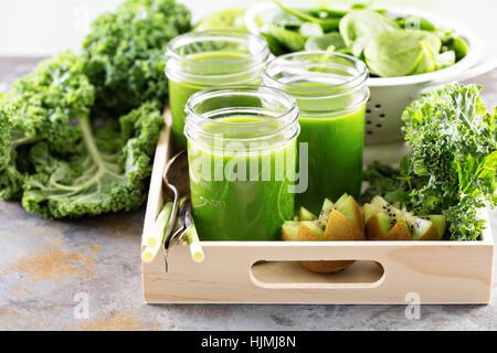 Grüner Saft in Einweckgläser - Stockfoto