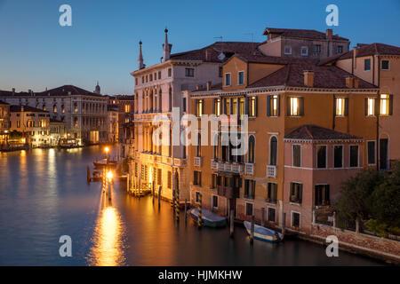 Twilgiht über die Gebäude entlang des Canal Grande, Venedig, Veneto, Italien