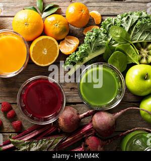 Auswahl an frischem Gemüse und Fruchtsäfte - Stockfoto