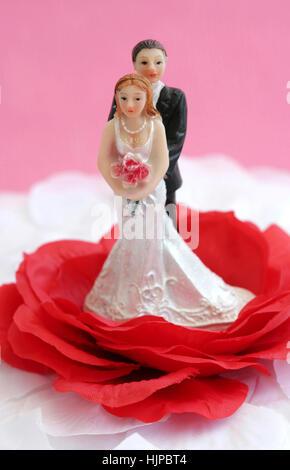 Glückliche Brautpaar auf einer Hochzeitstorte - Stockfoto