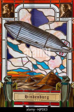 Milton, West Virginia - Glasmalerei-Fenster zeigt die Hindenburg auf dem Display an der Blenko Glass Company. - Stockfoto