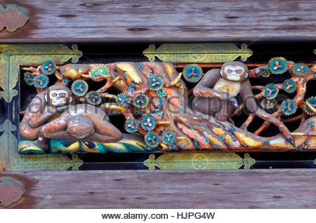 Neben den Skulpturen der drei weisen Affen Skulpturen. Tosho-gu Schrein. Nikko. Japan - Stockfoto