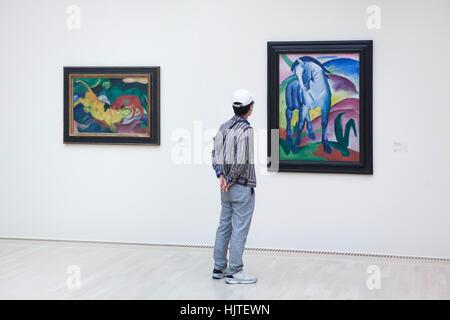 Besucher vor den Bildern Kühe rot, grün, gelb (1912) und blaues Pferd I (1911) von deutschen expressionistischen - Stockfoto