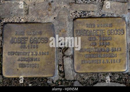 Stolperstein (Stolpersteine) auf den Straßen von Berlin zum Gedenken an Josef und Margarete Brutto - Stockfoto