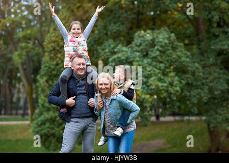 Glückliche Familie Spaß im park - Stockfoto