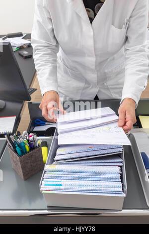 Arzt, die Organisation von täglichen Papierkram-Close-up - Stockfoto