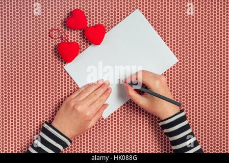 Frau Schreiben Liebesbrief Oder Ein Romantisches Gedicht Zum Valentinstag,  Draufsicht Des Weiblichen Händen   Stockfoto