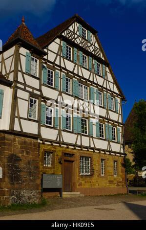 MAULBRONN, Deutschland - MAI 17, 2015: Häuserzeile Tudor-Stil auf dem Klosterhof in Maulbronn. Zisterzienser Kloster - Stockfoto