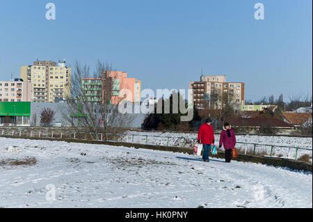 Menschen zu Fuß entlang des Flusses Nitra in der Slowakei Temperatur bei minus 10 ° c Schnee beklebt Januar 2017 - Stockfoto