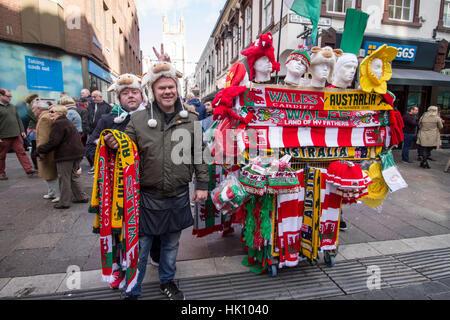 CARDIFF, VEREINIGTES KÖNIGREICH. 5. November 2016. Sean Bingham, 47, Porthcawl, Verkauf von Handelswaren für Wales - Stockfoto