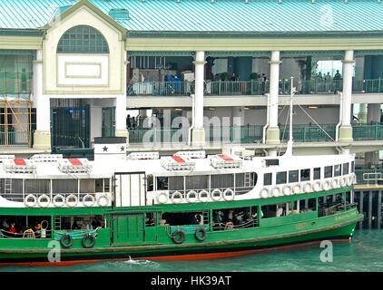 Himmlische Star ferry, derzeit das älteste Schiff in Dienst, am Pier Victoria Bay, Hong Kong, China - Stockfoto