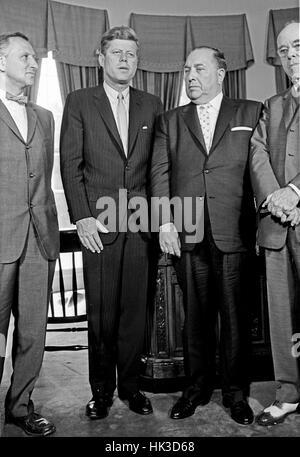 US-Präsident John F. Kennedy trifft Bürgermeister Richard J. Daley (Demokrat von Chicago) und Beamte aus Illinois - Stockfoto