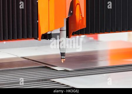 Detail der computergesteuerten Fräsmaschinen für die Metallbearbeitung, geringe Schärfentiefe beachten - Stockfoto