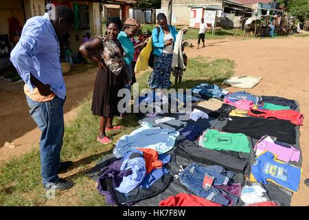 Kenia, Kisumu County, Kaimosi, Straßenhändler verkaufen ...