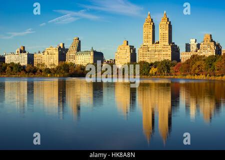 Obere Westseite mit Blick auf Jacqueline Kennedy Onassis Reservoir und dem Central Park im Herbst. Manhattan, New - Stockfoto