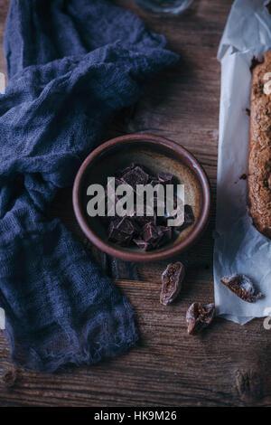 Gehackte dunkle Schokolade in einer kleinen Schüssel - Stockfoto