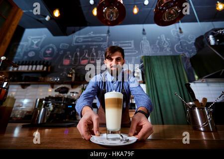 Barkeeper Barista uniform machen Kaffee-Tee-Cocktails in der Bar, R - Stockfoto