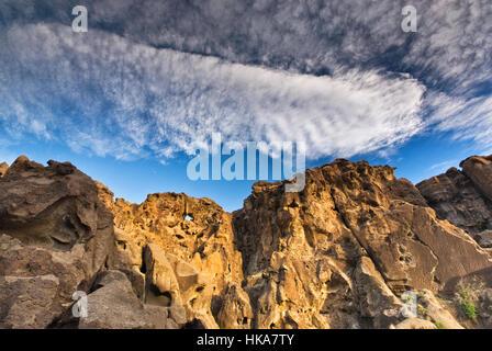 Cirrocumulus und Cirrus-Wolken über Imbissstände Felsen am Mojave National Preserve, Kalifornien, USA - Stockfoto